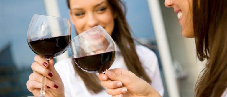 Почему нельзя пить алкоголь при месячных